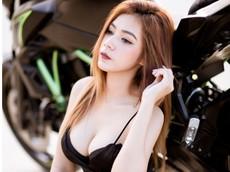 Nữ biker Thái Lan thả dáng gợi cảm dưới ánh nắng vàng ấm áp
