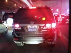 Hà Nội: Toyota Fortuner biển xanh tông trúng người lái xe ôm rồi bỏ chạy