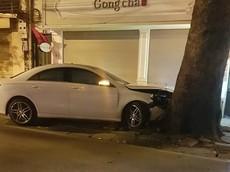 Hàng Cót: Mercedes-Benz CLA 250 tông vào gốc cây trên vỉa hè vào rạng sáng