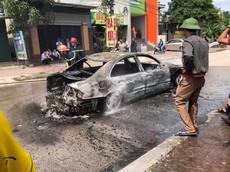 Xe sang Mercedes-Benz cháy trơ khung tại Nghệ An vì rơm mắc vào gầm