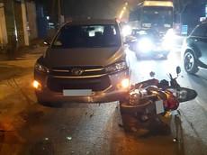 """Hà Nội: Tài xế Toyota Innova khổ sở khi bị """"ma men"""" chạy xe máy ngược chiều tông vào, 1 người thương nặng"""