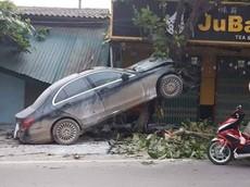 """Phú Thọ: Xe sang Mercedes-Benz C-Class """"trèo cây"""" vào lúc rạng sáng, tài xế bị thương"""
