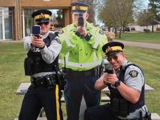 """Canada dùng các hình cắt """"cảnh sát giả"""" để dọa người đi quá tốc độ"""