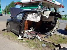 Audi Q7 đứt làm đôi sau khi đâm vào cột đèn, tài xế an toàn trốn khỏi hiện trường