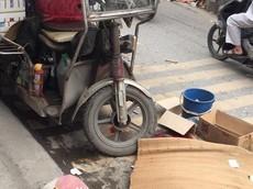 Hà Nội: Xe ba gác xuống dốc, lật nghiêng khiến một người đi đường tử vong tại chỗ