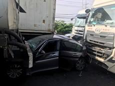 Sài Gòn: Honda City bị kẹp giữa xe bồn và xe container, 3 người thoát chết
