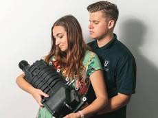 """Bị giục sinh em bé, cặp vợ chồng chụp ảnh """"bế bộ siêu nạp"""" để trêu bố mẹ"""