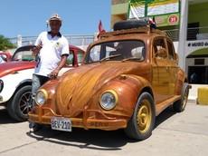 Cảm phục ông bố tự chế tạo chiếc Volkswagen Beetle bằng gỗ, rồi lái xe từ Peru tới New York cho con gái