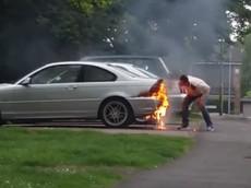 Hài hước cảnh anh chàng cố gắng dập lửa trên xe BMW bằng cách... thổi và đá ngọn lửa