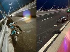 """Thanh niên điều khiển xe máy đâm vào đuôi taxi sau khi chụp ảnh """"sống ảo"""" trên cầu Vàm Cống"""