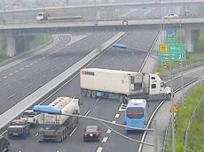 Lùi xe, đi ngược chiều trên cao tốc có thể bị phạt tới 18 triệu