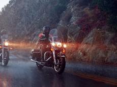 Xe máy giật cục, chết máy khi đi dưới trời mưa ngập là do đâu? Đây là câu trả lời