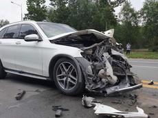 Bình Dương: Tông vào xe rửa đường, SUV hạng sang Mercedes-Benz GLC nát đầu