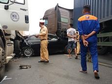 Nổ lốp, ô tô con bị kẹp giữa 2 xe container trên quốc lộ 18