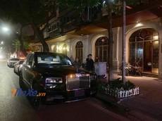 """""""Viên kim cương"""" Rolls-Royce Cullinan thứ 3 tại Việt Nam bất ngờ dạo phố đêm Hà Thành"""
