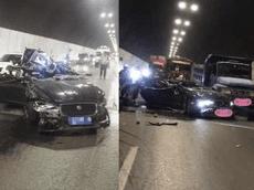 """Sedan hạng sang Jaguar biến thành xe """"mui trần"""" sau tai nạn liên hoàn với 2 xe tải trong hầm"""