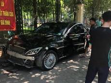 Hà Nội: Va chạm với ô tô hạng sang Mercedes-Benz C-Class, cụ bà buôn đồng nát bị gãy chân