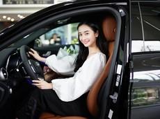 """""""Hot girl trà sữa"""" Jun Vũ tậu Mercedes-Benz C300 AMG 2019 trị giá 1,9 tỷ đồng"""
