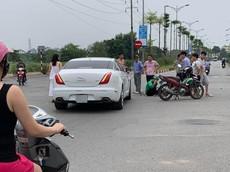 Hà Nội: Nữ tài xế điều khiển xe sang Jaguar va chạm với tài xế GrabBike tại ngã tư