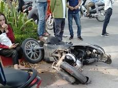 Hà Nội: Ô tô Mazda CX-5 đâm gãy đôi xe máy Liberty, 2 cô gái bị thương