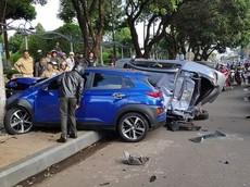 """""""Xe điên"""" lại hoành hành, tông lật ô tô và hất tung hàng loạt xe máy dừng đèn đỏ tại Gia Lai"""