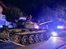 """Say xỉn, người đàn ông 49 tuổi lái xe tăng Thế Chiến II tiến vào """"xâm chiếm"""" thị trấn nhỏ"""