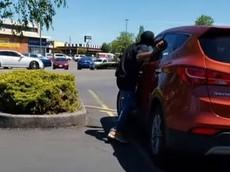 """Nghi ngờ """"phê thuốc"""", người đàn ông đập phá và cố gắng """"ăn"""" một chiếc Hyundai Santa Fe"""