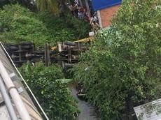 Sau va chạm trên cầu Hàm Luông, xe cần cẩu và Toyota Innova rơi xuống kênh bên dưới, 5 người thương vong