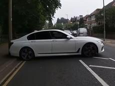 Chứng kiến tài xế BMW 7-Series thất bại đáng xấu hổ khi quay đầu chữ U