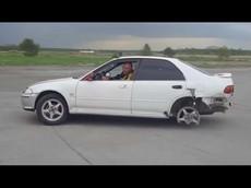 Đây là điều xảy ra khi bạn vừa lái xe vừa giữ phanh tay trong hơn... 10 km