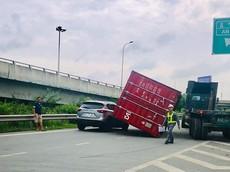 TP Hồ Chí Minh: Container bật chốt, lật ngang đè trúng ô tô con đi phía sau