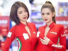 Ngắm nhìn thỏa thích bộ đôi người mẫu mặc nguyên đồ đỏ nóng rực ở Bangkok Auto Salon 2019
