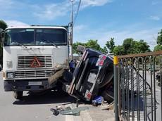 Hà Nội: Nữ tài xế chuyển làn đột ngột khiến Toyota Fortuner bị xe container đâm lật