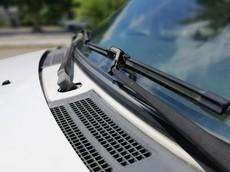 3 bước đơn giản để rửa sạch cần gạt kính chắn gió xe ô tô