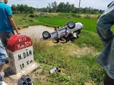 Nghệ An: SUV 7 chỗ Ford Everest lật ngửa dưới hố nước, 6 người thương vong