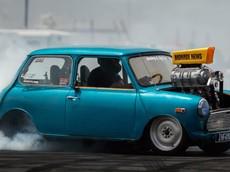 Chứng kiến chiếc Mini cổ điển độ động cơ V8 600 mã lực biểu diễn đốt lốp như siêu xe