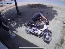 Trộm xe Honda Dream bất thành, tên trộm để lại đôi dép Vans cho chủ nhà