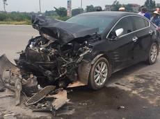 """Bắc Giang: Kia K3 """"nát đầu"""" sau tai nạn với xe tải Thaco Frontier"""