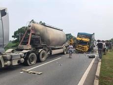 Tai nạn giữa xe bồn và xe tải khiến cao tốc Hà Nội - Thái Nguyên ùn tắc giao thông nghiêm trọng
