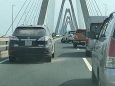 Dừng trên cầu Nhật Tân vì nổ lốp, SUV sang Lexus RX450 bị Toyota Fortuner tông trúng