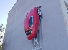 Chiếc xe điện giá 670 triệu Đồng này nhẹ tới nỗi có để đỗ trên tường như người nhện