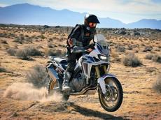 Mùa hè nắng nóng, mặc đồ tối màu ra đường sẽ khiến việc đi xe máy trở nên mát mẻ hơn!