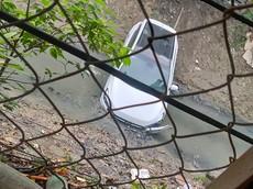 Hà Nội: Đi rửa xe, nam thanh niên lao Hyundai i20 Active xuống mương