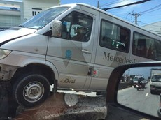 Tiền Giang: Tránh xe máy sang đường ẩu, ô tô khách 16 chỗ leo lên dải phân cách
