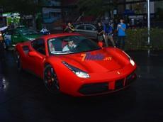 """Hàng chục tay săn ảnh chạy theo siêu xe Ferrari 488 GTB của Tuấn Hưng khi đến dự đám cưới Cường """"Đô-la"""""""