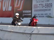 """Ducati 959 Panigale """"hít khói"""" mô tô điện Zero SR/F được điều điều khiển bằng một nữ biker"""