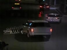 Range Rover chạy trên đường với dải phân cách mắc ở đầu xe, làm xước 3 chiếc ô tô khác