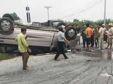 Bắc Ninh: Ô tô khách 16 chỗ lật ngửa sau cú tông của xe cứu thương