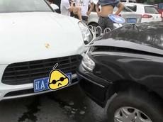 Nam thanh niên gọi điện thoại cầu cứu mẹ sau khi tông xe vào SUV hạng sang Porsche Macan