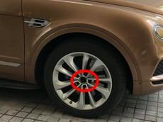 """Không chỉ bị """"vặt gương"""", chiếc Bentley Bentayga đỗ ở khách sạn Hà Nội còn bị trộm logo bánh xe"""